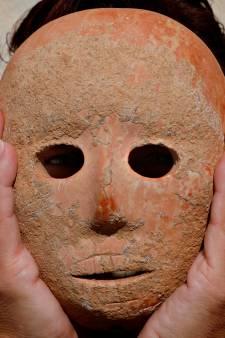 Unieke vondst: wandelaar ontdekt 9000 jaar oud masker