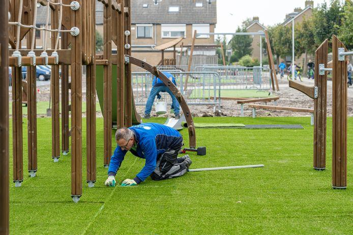 Er wordt nog hard gewerkt aan de vernieuwde speeltuin in de Slotstraat in Kapelle.
