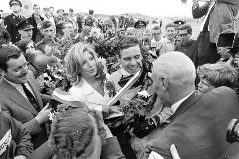 Coureur Jim Clark wordt gefeliciteerd door de Italiaanse actrice Monica Vitti na zijn winst op de Grand Prix in Zandvoort, 1965.  Beeld Getty Images