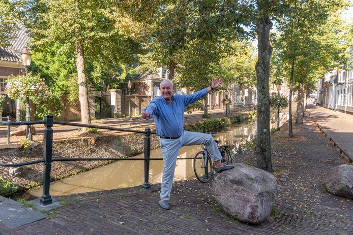 Muurhuizenbewoner Arris Weerstra op de Kortegracht. ,,Eerst stond het hier tjokvol auto's. En moet je nu zien!''