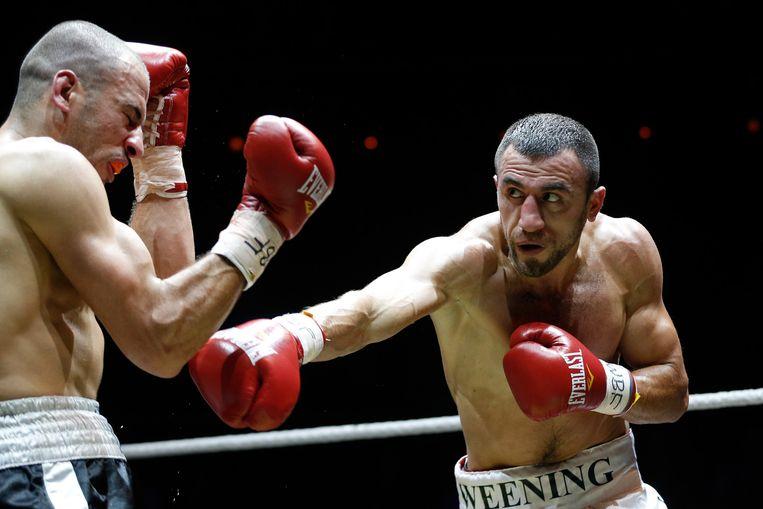 Duel tussen Gevorg Khatchikian (R) en Ahmed El Goulbzouri (L) tijdens hun wereldtitelgevecht middengewicht tijdens de Ben Bril Memorial in Carré. Beeld anp