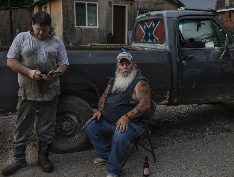 Donald Eric Thompson (r.) en buurman Scott, een verzamelaar van antieke wapens die een geladen pistool gaat verkopen 'aan iemand verderop in de straat'. Beeld © Espen Rasmussen/Verdens Gang/Panos Pictures