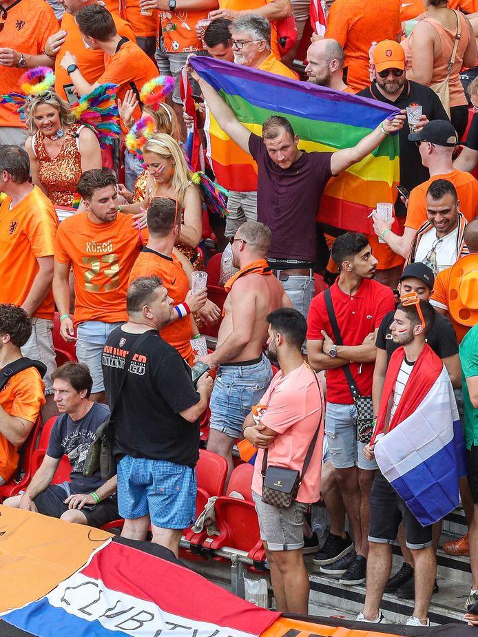 Supporters van Nederland met een regenboogvlag tijdens de UEFA EURO 2020 wedstrijd tussen Nederland en Tsjechië.