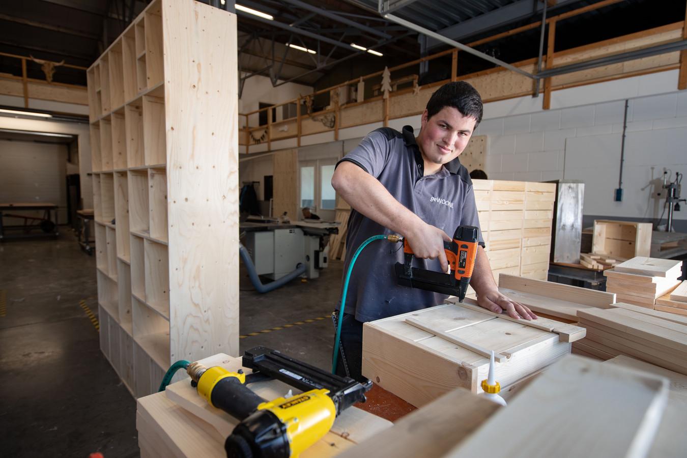 In onder meer houtbewerkingsbedrijven zijn 'beschutte werkplekken' te vinden.
