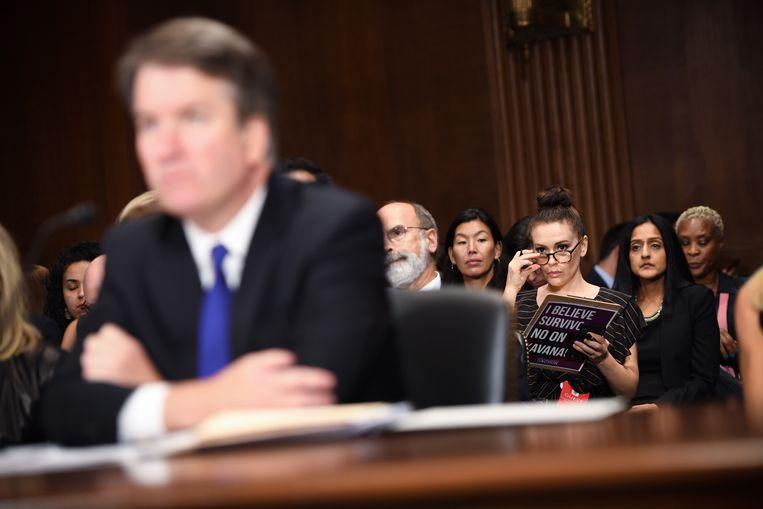 Actrice Alyssa Milano (r.) luistert bij de hoorzitting van Brett Kavanaugh, kandidaat-opperrechter voor het Amerikaanse Hooggerechtshof. Beeld null