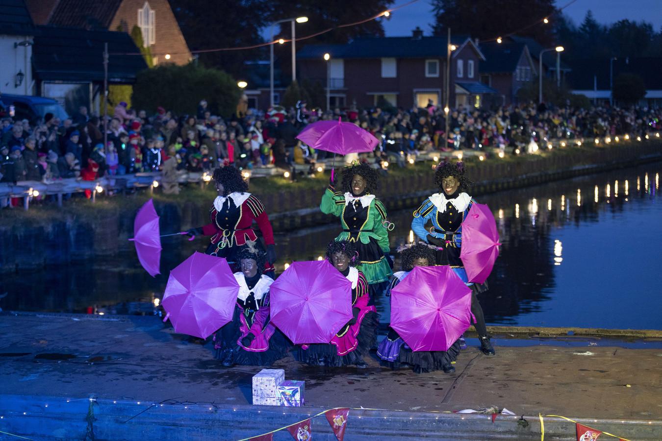 Pieten dansen op een ponton in het water, in afwachting van de pakjesboot van Sinterklaas.