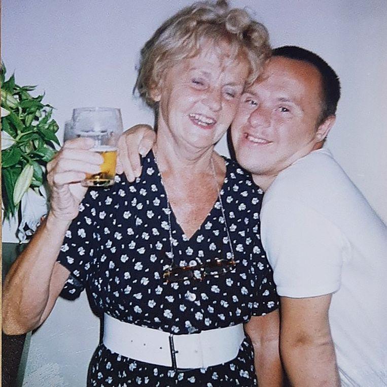 Een oude foto van Aat Nederlof met zijn moeder Anna. Hij bezocht haar nog wekelijks in zijn laatste jaren. Beeld Privéfoto