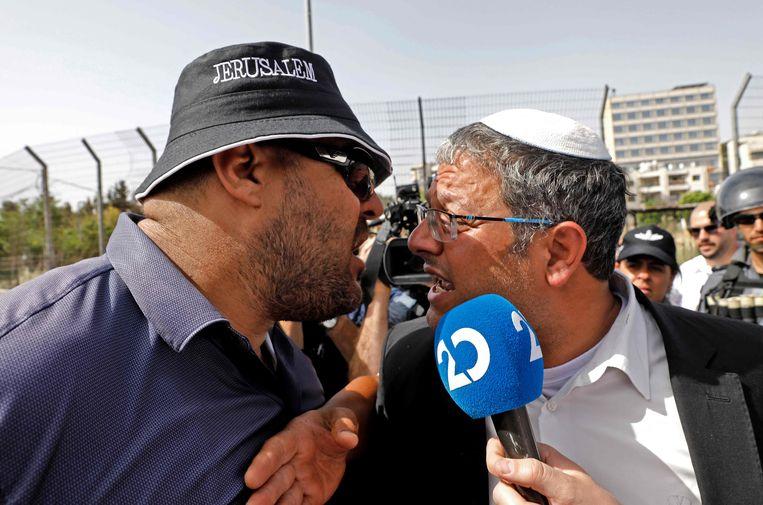 Een Palestijnse man en het rechtse Knesset-lid Itama Ben-Gvir 'discussieren' in Jeruzalem. De politie heeft mensen geëvacueerd. Beeld AFP