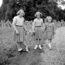 Beschrijving De 4 prinsessen, Beatrix, Irene, Margriet en Marijke (Christina) in de tuin van paleis Het Loo, zomer 1948