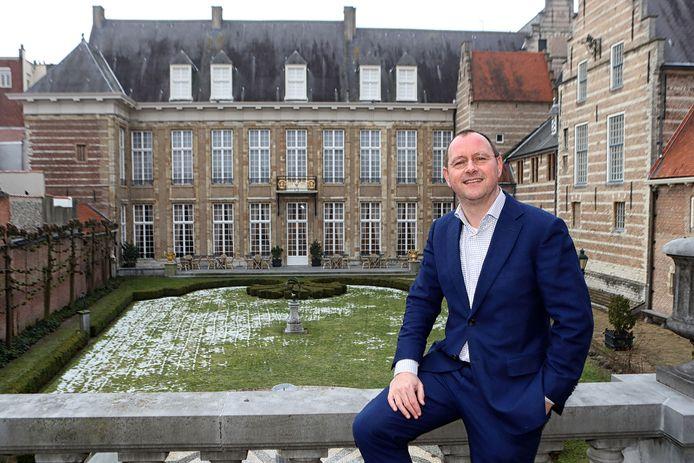 Wethouder Arjan van der Weegen  in de Franse tuin van het Markiezenhof