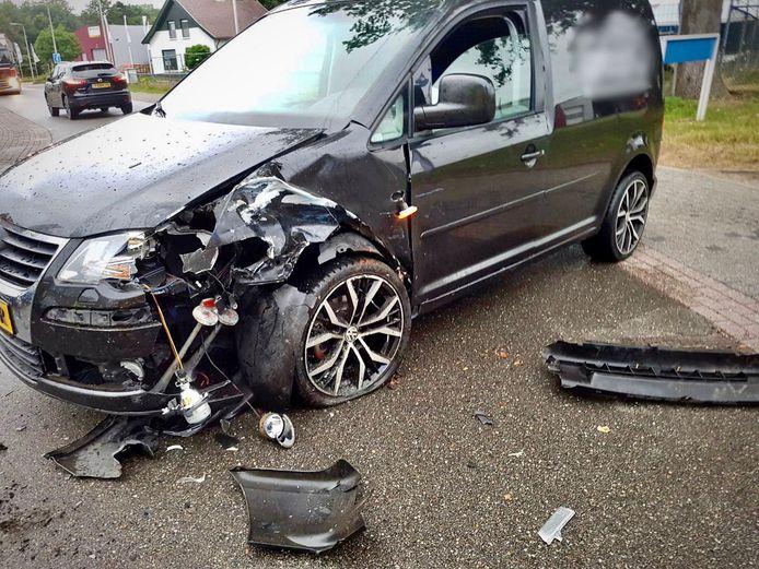 Bij de aanrijding raakte beide voertuigen fors beschadigd.