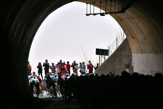 Het peloton in 2019 in de tunnel bij de Turchino-pas.