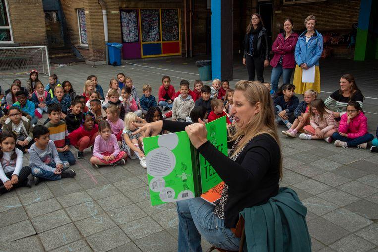 Ruth leest voor uit haar boek Tante Teefje voor de kinderen van de Sint-Gertrudisbasisschool.