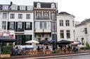 Het uitgebreide coronaterras bij Café Vrijdag in Arnhem, gevestigd in het witte pand rechts op de hoek van de Velperbuitensingel en de Spijkerstraat. Rechts daarnaast het monumentale herenhuis van de 'Vergaderie' van Xandra Derks.