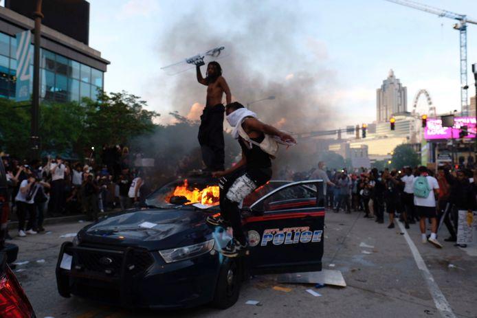 Demonstranten in Atlanta bestormden het hoofdkantoor van de tv-zender CNN, vernielden een politie-auto en staken die in brand.