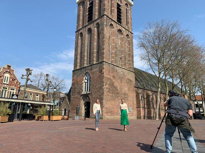 Zonta Rond de Reest treft op het Kerkplein in Meppel voorbereidingen voor de online modeshow.
