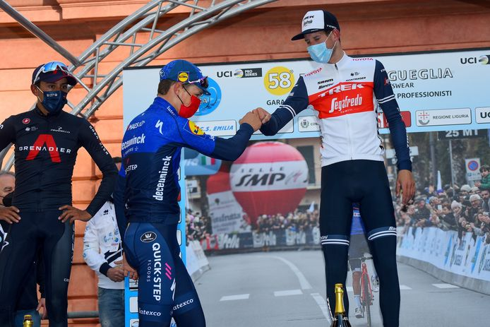 Mauri Vansevenant op het podium van de Trofeo Laigueglia met Egan Bernal en Bauke Mollema.