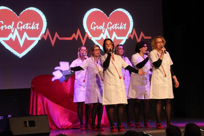 De zes dames van Grof Getikt zongen en speelden zich tot publiekslieveling in Eerde.
