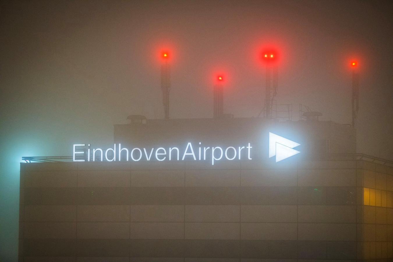 Passagiers slapen op Eindhoven Airport vanwege de mist.