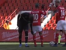 Quand Didier Lamkel Zé essaye de tirer le short de Mehdi Carcela