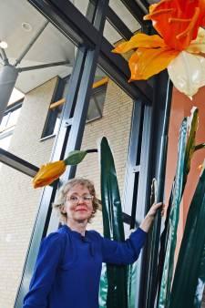 Lente in het Roessingh: kunstenares Linda Nieuwstad schenkt Enschede haar reuzennarcis