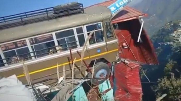 Un bus transportant des gardes-frontières en Inde s'est retrouvé suspendu au-dessus du vide.