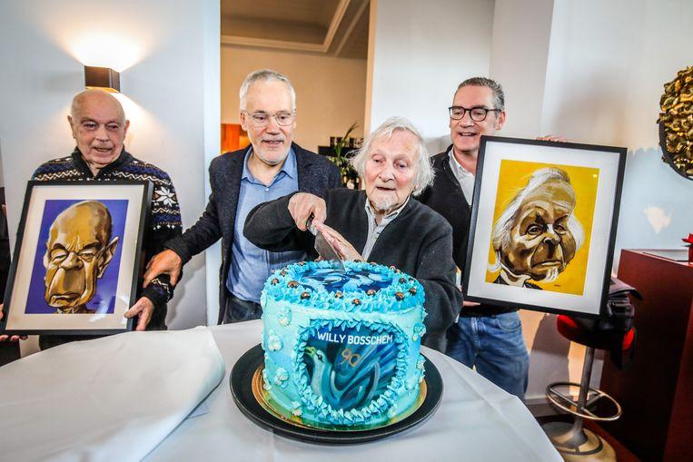 Willy Bosschem snijdt een speciale taart aan voor zijn verjaardag