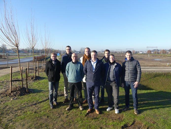 De vertegenwoordigers van de vijf projectontwikkelaars kwamen woensdag naar het terrein waar de eerste fase van de duurzame woonwijk in Astene opgestart wordt.