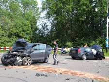 Bestuurders gewond naar ziekenhuis na frontaal ongeluk in Doornenburg