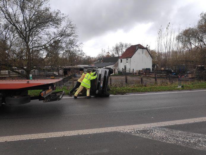 De wagen wordt opnieuw op zijn vier wielen geduwd.