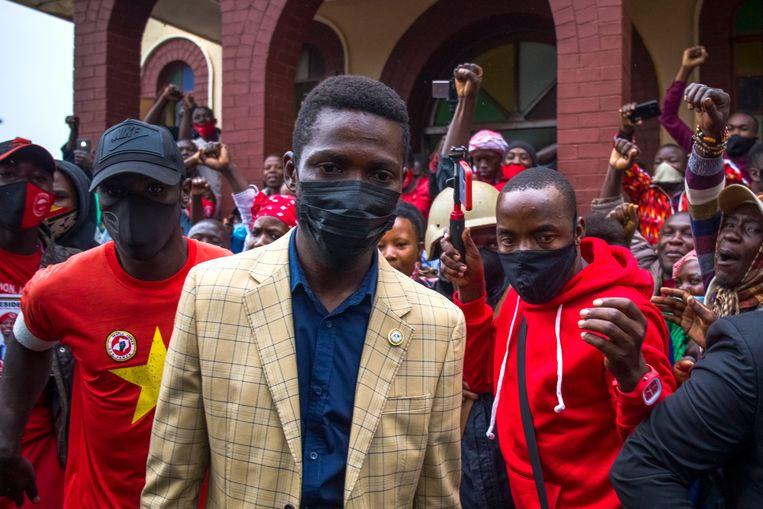 Museveni-uitdager Robert Kyagulanyi (midden), beter bekend onder zijn artiestennaam Bobi Wine, voert campagne in Kampala.  Beeld EPA
