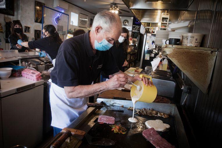 August Muzzi (71) in zijn lunchtentje Angelo's Kitchenette in Wilmington, waar Biden regelmatig komt. Beeld Daniel Rosenthal