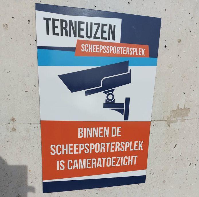 Het inmiddels verwijderde waarschuwingsbord aan het einde van de westpier van de oude Veerhaven in Terneuzen.