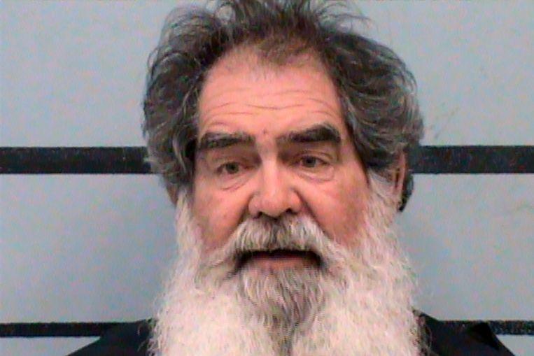 De 66-jarige Larry Harris deed zichzelf voor als detective en zette elf Nationale Gardisten aan de kant. Beeld AP