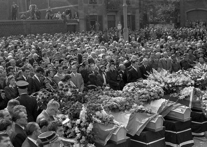 L'impressionnant enterrement suite à la catastrophe du Bois du Cazier à Marcinelle (Charleroi) en 1956