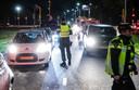 De politie controleert op basis van de noodverordening tegen vuurwerkoverlast auto's die de wijk Langdonk inrijden.