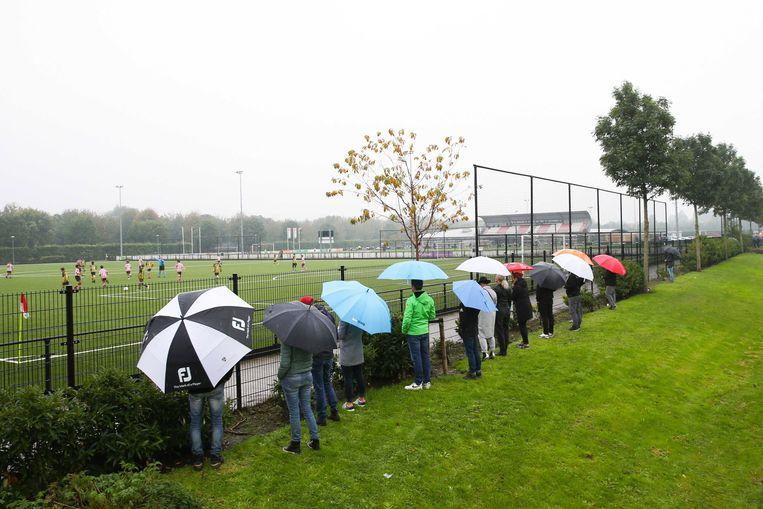 Ouders staan langs het veld bij voetbalclub Sparta Rotterdam in Rotterdam. Beeld EPA