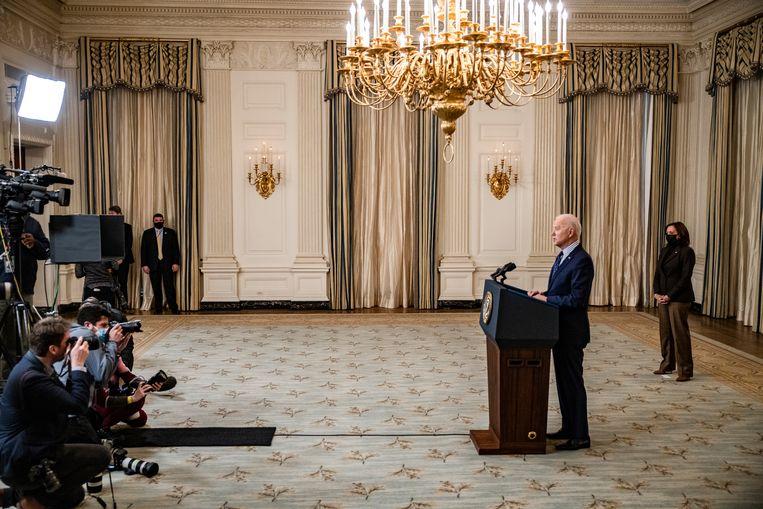 De Amerikaanse president reageert zaterdag in het Witte Huis op de goedkeuring van het 'coronapakket' van 1.900 miljard dollar: 'Het was niet altijd fraai, maar het was zo verschrikkelijk nodig.' Achter Biden vicepresident Kamala Harris.  Beeld Samuel Corum / Getty Images