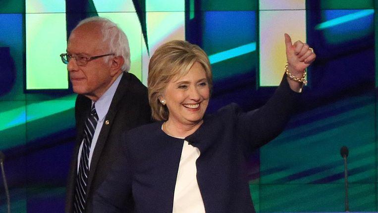 Hillary Clinton (R), achter haar Bernie Sanders. Beeld afp