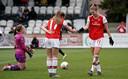 Vivianne Miedema en Lisa Evans vieren een doelpunt.
