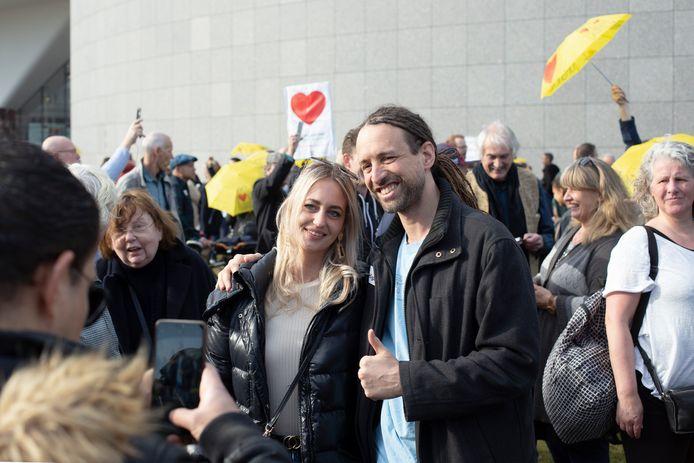 """Willem Engel kwam ook hoi zeggen op het Museumplein. Hij droeg en sticker met daarop: 'Free hugs"""". Dat lieten zijn groupies zich geen twee keer zeggen."""