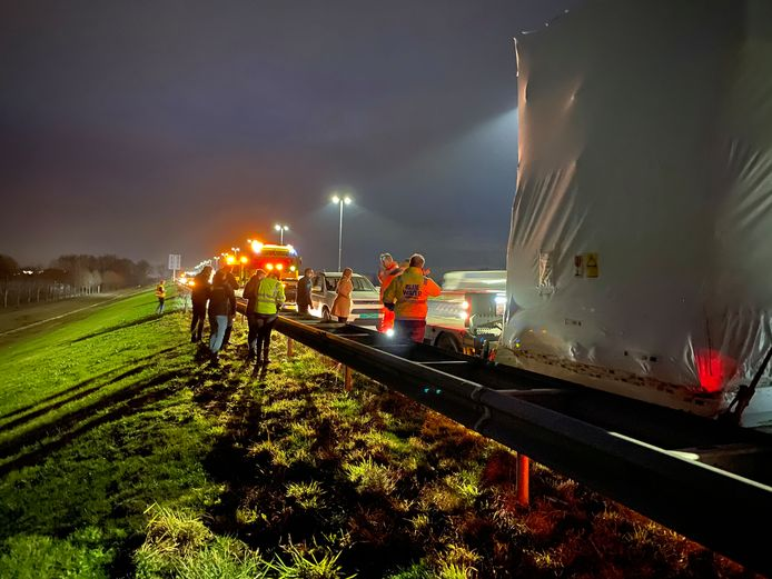 Een klapband van een vrachtwagen veroorzaakte op de A1 tussen Deventer en Twello voor schade aan meerdere auto's.