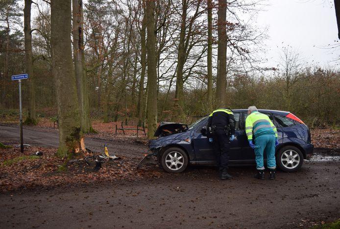 Hulpdiensten bij de auto na het ongeluk nabij Hummelo.