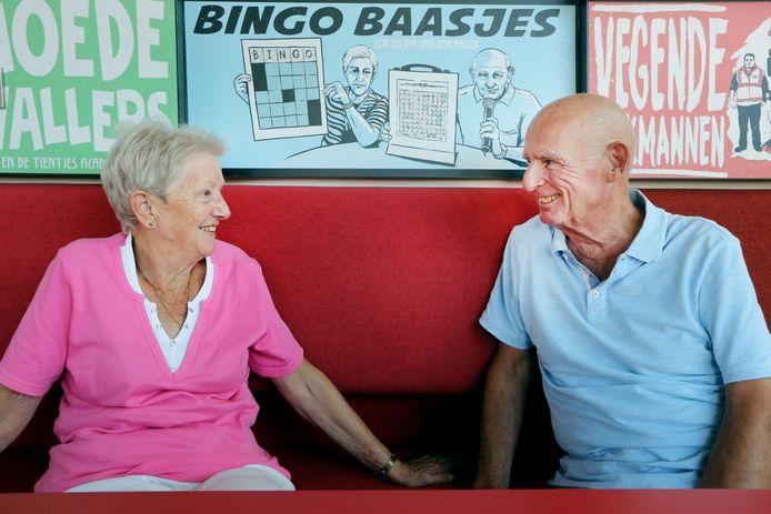 Bingo Baasjes Cor en Ria van den Broek bij hun tekening, die in het Chassé Theater hangt tussen nog 49 portretten van 'Helden van Breda'.