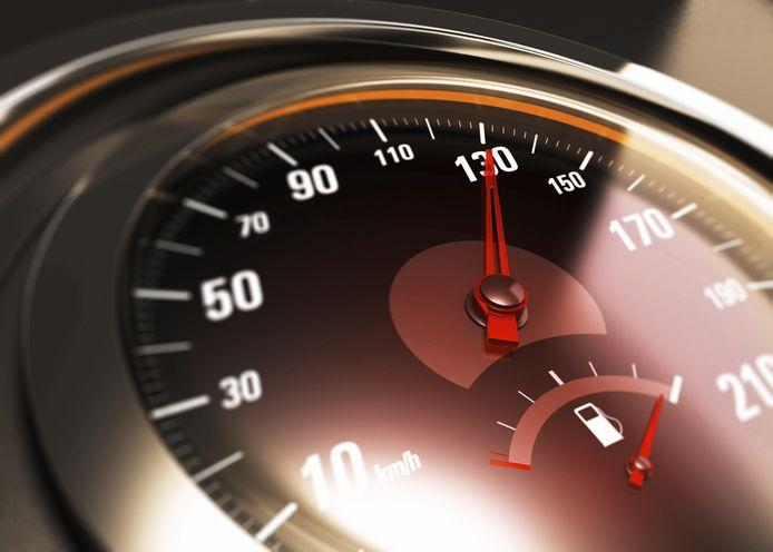 Foto ter illustratie. De verdachte uit Apeldoorn rijdt volgens metingen tenminste 130 kilometer per uur, waar een snelheidslimiet geldt van 80. De vrouw naast hem zag een rood verkeerslicht voorbij flitsen, maar herinnert zich verder weinig meer van het ongeluk.