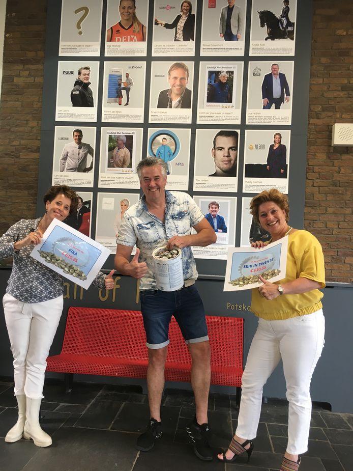 Andre Schot (links) en Jolanda van Tellegen kregen cheques overhandigd door Frank Kotte, een van de nieuwe kartrekkers van de doppeninzameling in Oldenzaal.