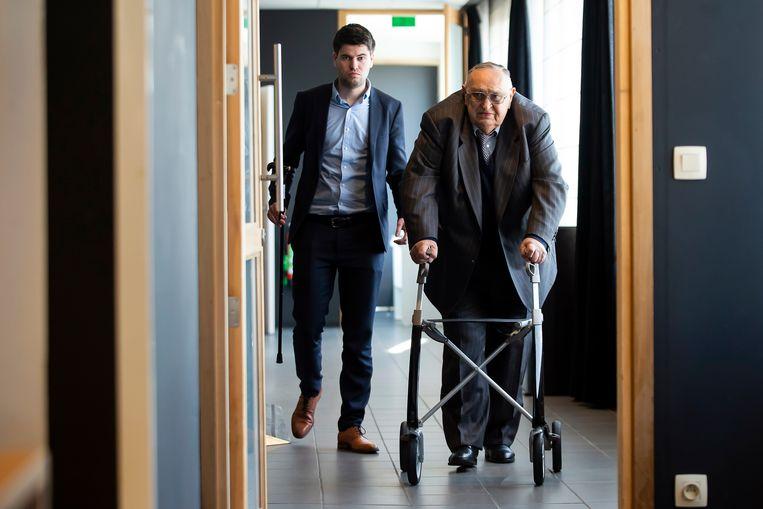 Lokeren-voorzitter Roger Lambrecht, geflankeerd door medewerker Thomas Bernaert, wandelt naar de persruimte om de komst van trainer Glen De Boeck aan te kondigen. Beeld BELGA