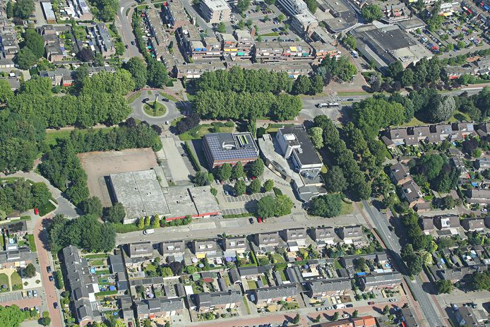 Het gebied waar de woongebouwen moeten komen. In het midden van de foto onder de rotonde van links naar rechts: kantoor van PostNL, muziekschool Art4U en de oude Rabobank.