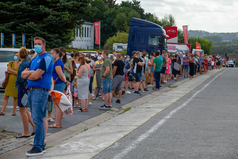 Een deel van de rij wachtende mensen voor de Brantano in Ninove Beeld BELGA