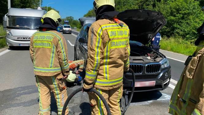 Wagen vat vuur op E40 ter hoogte van Erpe-Mere, chauffeur rijdt snelweg af én blust beginnende brand